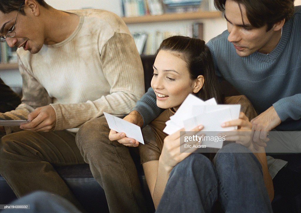 People looking at photos together. : Stockfoto