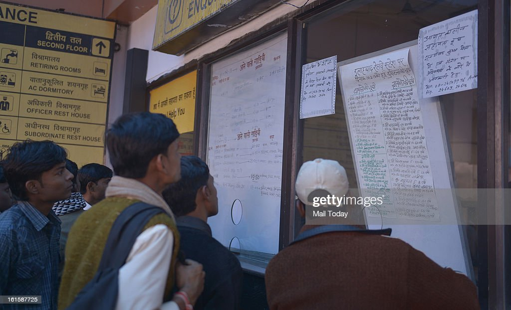 People looking at the list of people killed in stampede at Allahabad station at Delhi Anand Vihar Station.