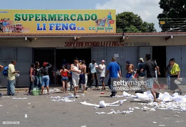 TOPSHOT People loot a supermarket in Maracay Aragua state Venezuela on June 27 2017 / AFP PHOTO / FEDERICO PARRA