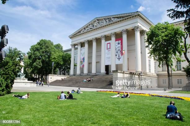 Peuple couché sur l'herbe devant le Musée National hongrois