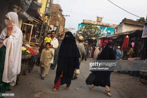 People make their way through a market place on March 17 2009 in Rawalpindi Pakistan A suicide bomber detonated himself outside at a restaurant March...
