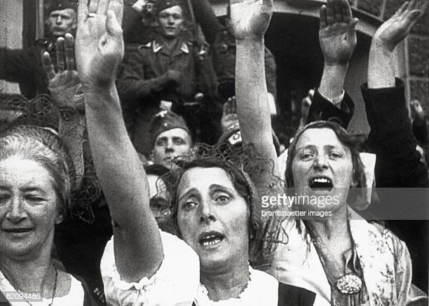 People making the Hitler Salute Germany Photograph around 1935 [Menschen beim Hitlergru Deutschland Photographie um 1935]