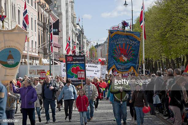 people marching on may 1. - may day international workers day stockfoto's en -beelden