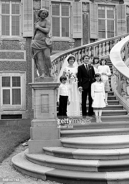 People, marriage, bridal couple posing with children on a stairs, aged 25 to 30 years, aged 8 to 12 years, D-Rastatt, D-Rastatt-Foerch, Upper Rhine,...
