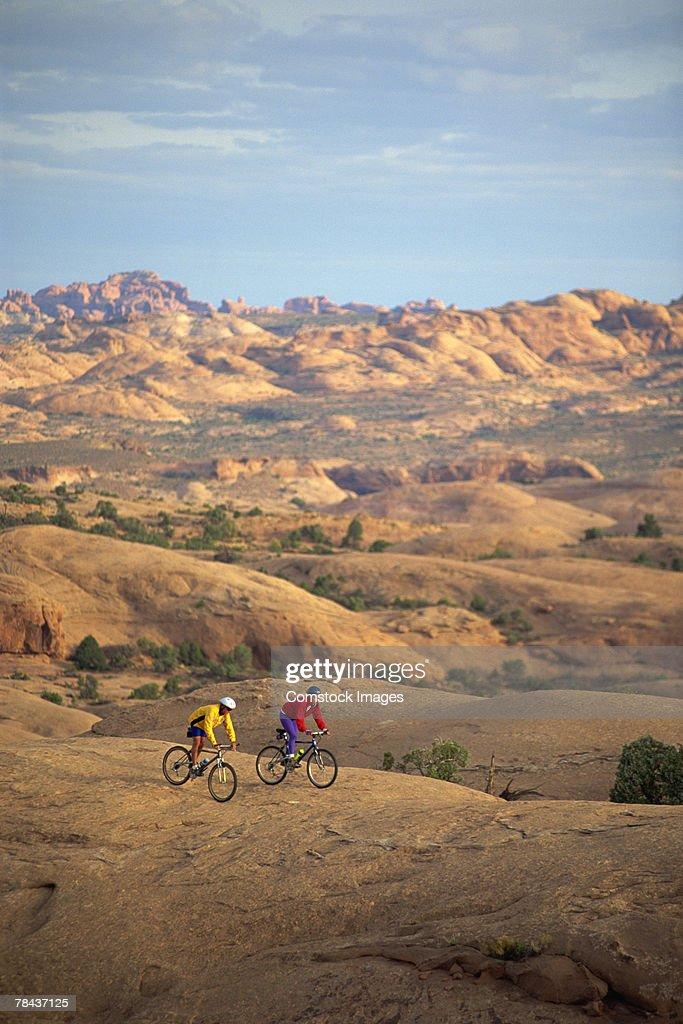 People mountain biking : Stockfoto