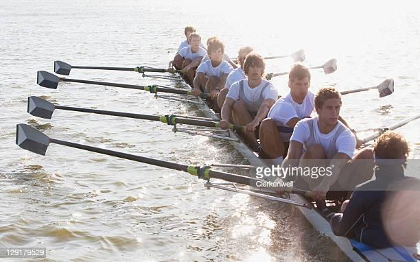 Menschen oaring Kanu