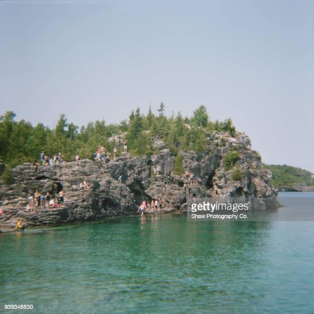 people on a cliff - ontario kanada stock-fotos und bilder
