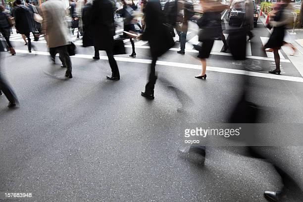 人々の横断歩道にぼやけた動きの影響