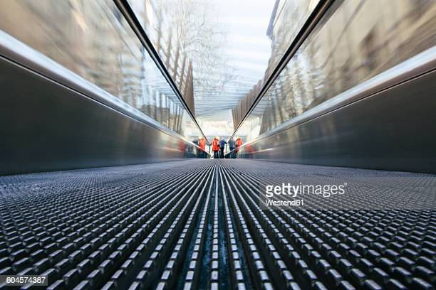 people on a moving walkway - ビトリア=ガステイス ストックフォトと画像