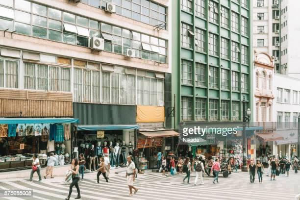 pessoas em uma rua no centro da cidade de são paulo - trabalho comercial - fotografias e filmes do acervo