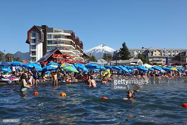 personas en la playa o nadar en pucon, chile - pucon fotografías e imágenes de stock