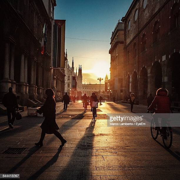 people on city street at sunset - milán fotografías e imágenes de stock