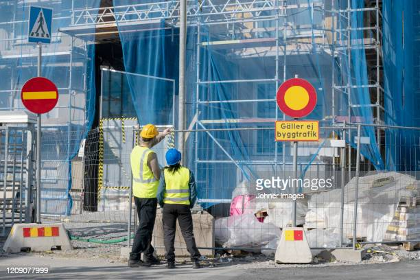 people on construction site - road sign board stock pictures, royalty-free photos & images