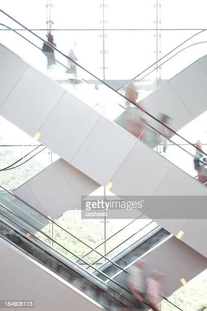 Personas en la escalera mecánica