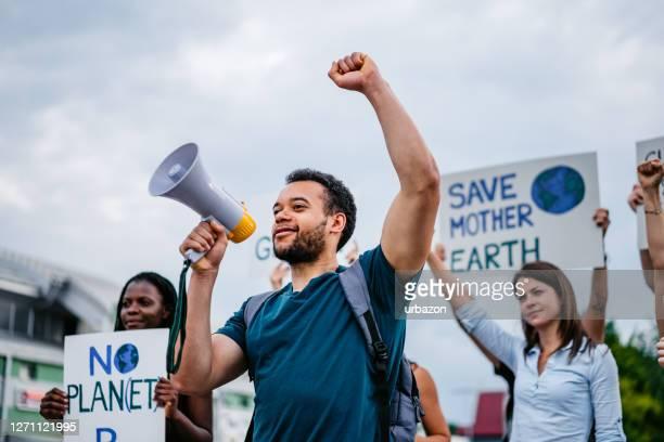 気候変動に対する世界的なストライキに取り組む人々 - 活動家 ストックフォトと画像