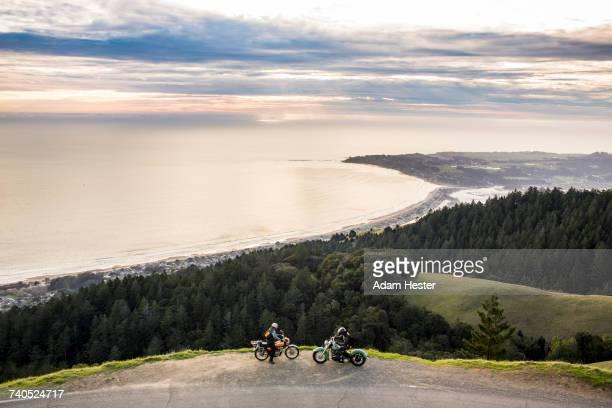 people on motorcycles at edge of cliff near ocean - oakland condado de alameda fotografías e imágenes de stock