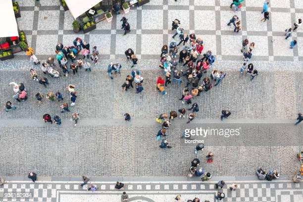 プラハの旧市街広場の人々 - プラハ 旧市街広場 ストックフォトと画像