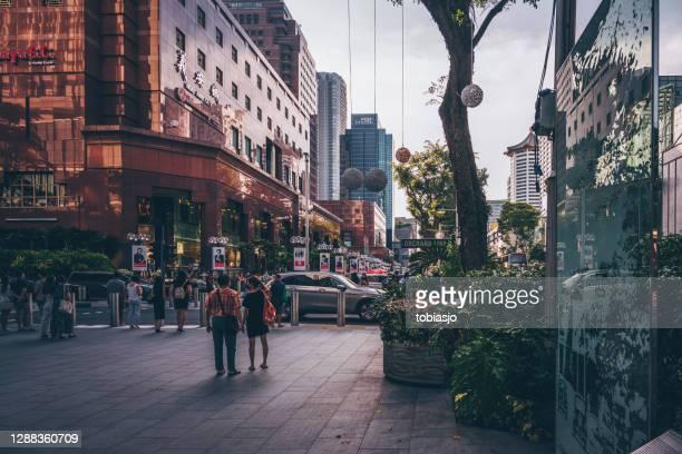 personas en orchard road en singapur - orchard road fotografías e imágenes de stock