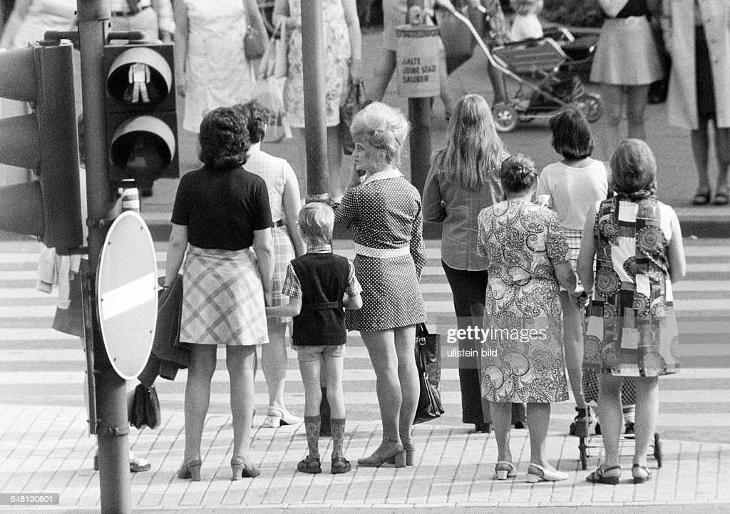 people on shopping expedition, several women and a boy waiting at a traffic light, zebra crossing - 31.08.1973 : News Photo