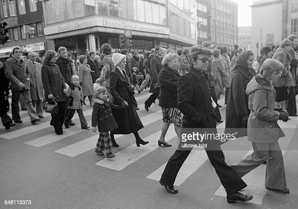 People on shopping expedition, shopping street, pedestrian zone, zebra crossing, D-Essen, Ruhr area, North Rhine-Westphalia -