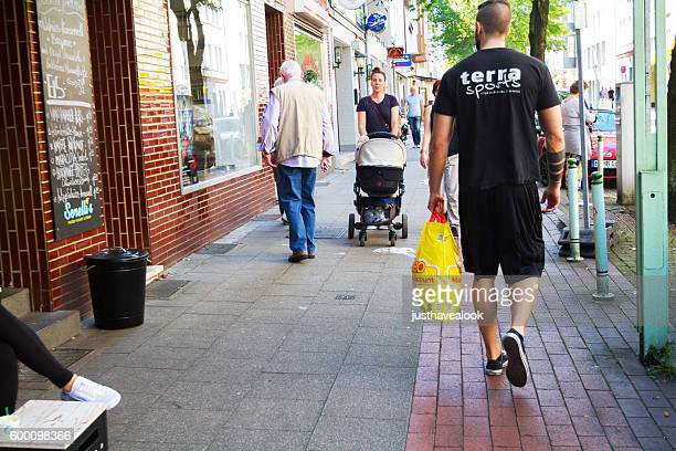 エッセン・リュッテンシャイトの歩道にいる人々 - エッセン ストックフォトと画像