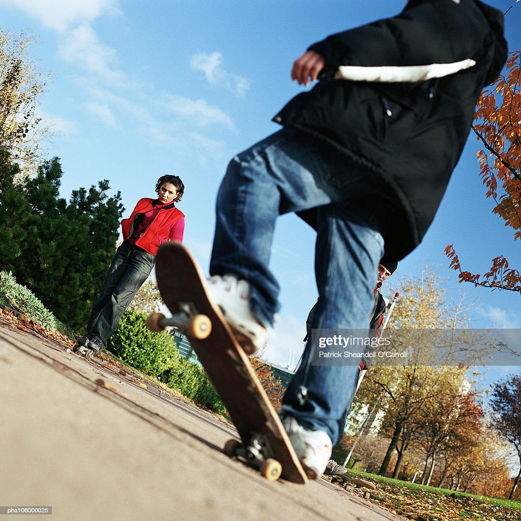 People on skateboard, low section : Stockfoto