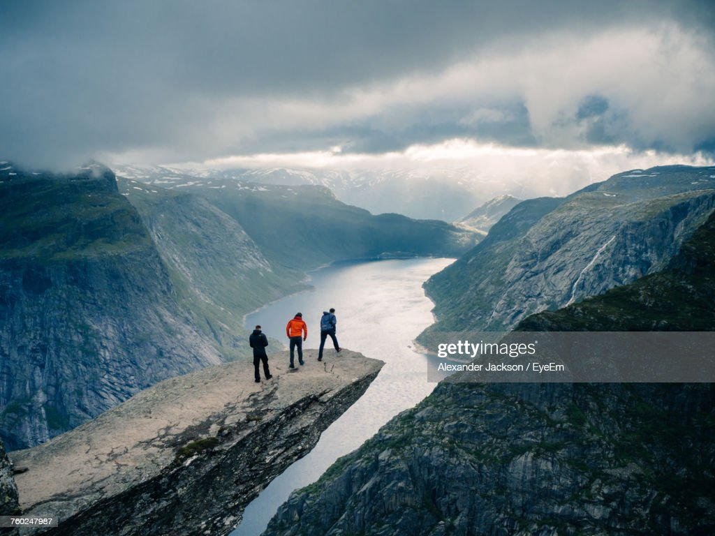 People On Snowcapped Mountains Against Sky : Stock-Foto
