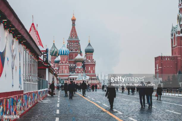 people on street against st basil cathedral during winter - rusia fotografías e imágenes de stock