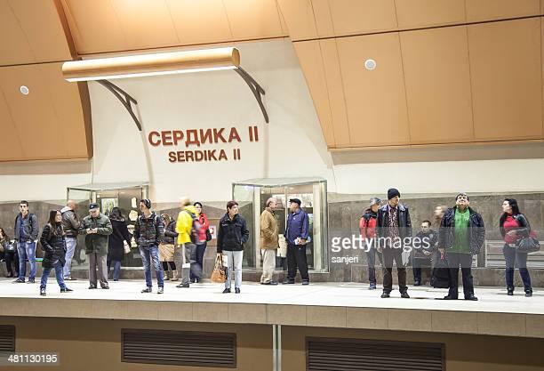 人々の地下鉄駅でソフィア,ブルガリア - ブルガリア ソフィア ストックフォトと画像