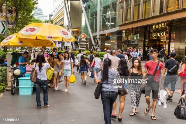 gente en la calle de compras en orchard road singapore - orchard road fotografías e imágenes de stock