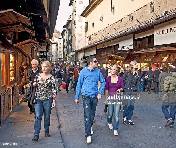 Persone sul Ponte Vecchio, il più antico Ponte di Firenze