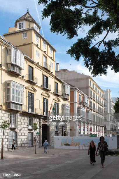 people on the sidewalk with a beautiful old building in the background - dorte fjalland stock pictures, royalty-free photos & images