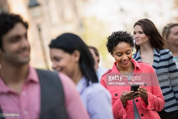 personas al aire libre en la ciudad, en la primavera. una mujer - chaqueta rosa fotografías e imágenes de stock