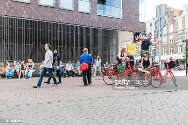 people outside metrostation de pijp at albert cuypstraat - merten snijders stock-fotos und bilder