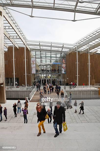 personen außerhalb der astrup fearnley museum. - centre georges pompidou stock-fotos und bilder