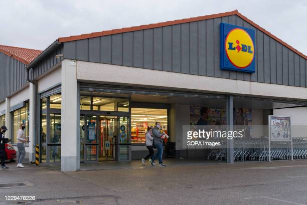 People outside the Lidl supermarket at the Osito La Eliana shopping center.