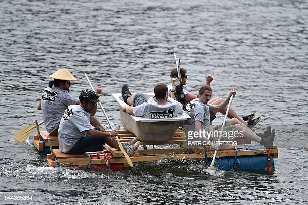 people-paddle-their-homemade-rafts-with-a-bathtub-as-they-compete-in-picture-id544385364 (612×408)
