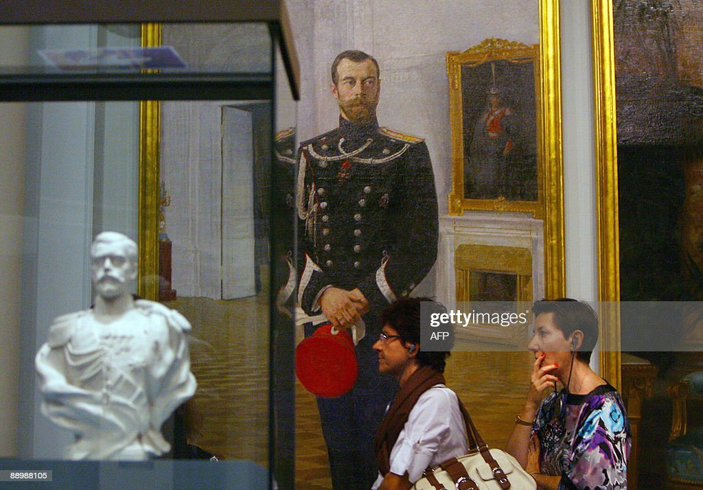 People pass by a painting and a sculptur : News Photo