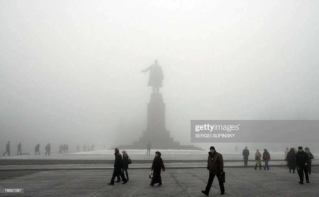 People pass Lenin's monument in the cent : Nachrichtenfoto