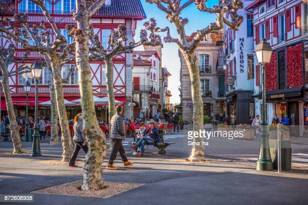 Gente de paso compra Maison Adam confitería en lugar de Luis XIV, Saint-Jean-de-Luz, Francia