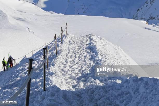 people passing narrow mountain ridge for skiing, france - valle blanche fotografías e imágenes de stock