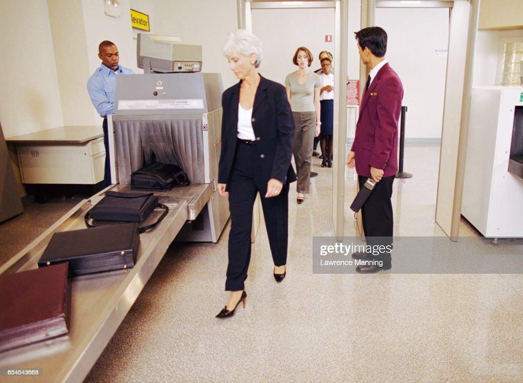 People Passing Through Airport Security : Foto de stock