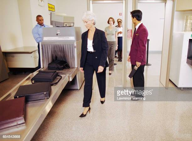 people passing through airport security - security check fotografías e imágenes de stock