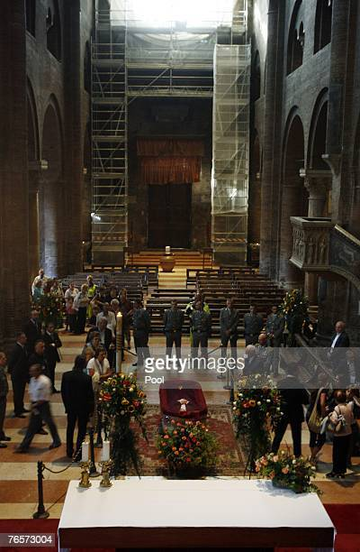 People pay their homage to late Italian tenor Luciano Pavarotti in Modena's Duomo where he lays in state September 7 2007 in Modean Italy Pavarotti...