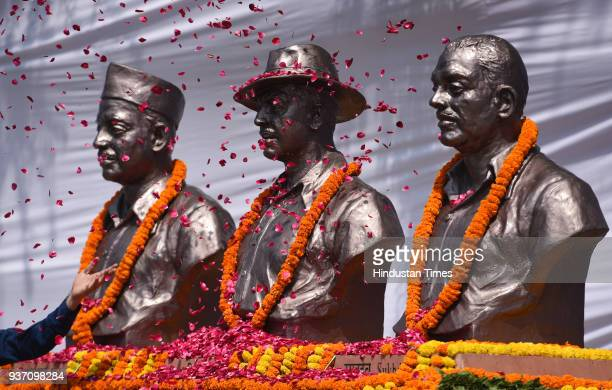 People paying tribute to ShaheedEAzam Bhagat Singh Rajguru and Sukhdev's statue to mark martyrdom day at Delhi Vidhan Sabha on March 23 2018 in New...
