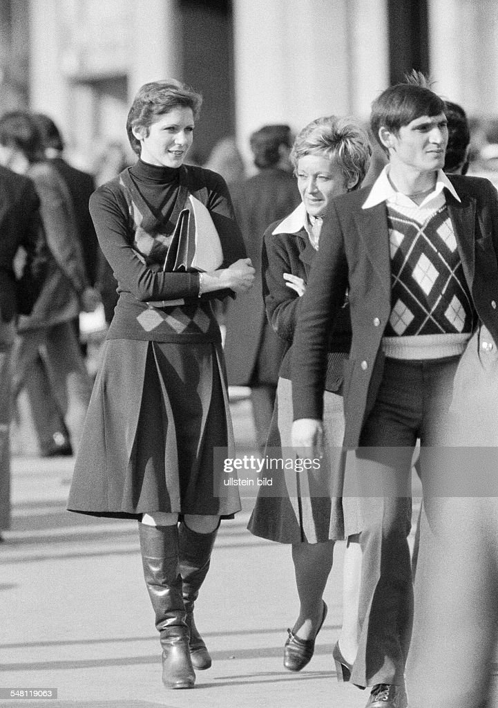 people, pedestrian zone, woman, aged 25 to 30 years, woman, aged 35 to 40 years, man, aged 25 to 30 years, waistcoat, skirt, boats, jacket, France, Paris - 09.02.1975 : News Photo
