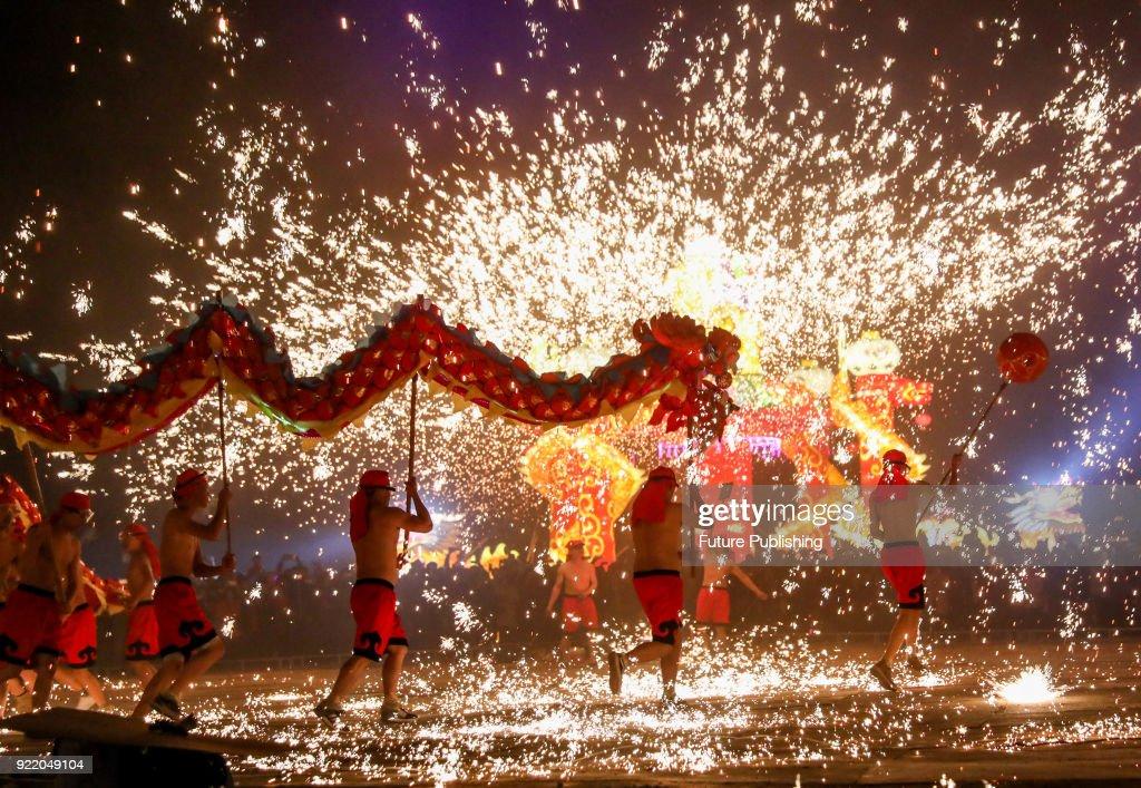 Chinese Folk Artists Perform Dragon Dance : News Photo