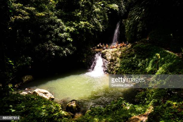 people picnic up at the seven sisters waterfall, grenada, west indies - paisajes de isla de  granada fotografías e imágenes de stock