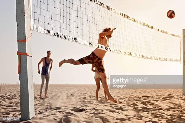 Menschen spielen Sie beach-volleyball