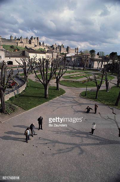 people playing boules in carcassonne - guy carcassonne photos et images de collection